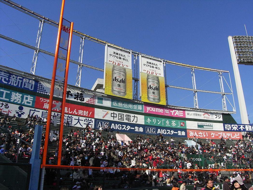 為了改善西曬問題,廣島市民球場於左外野設置巨大木造遮陽架,並在1984年後被改為可移動式廣告看板,配合地球自轉調整太陽日照方向。  圖/取自維基共享