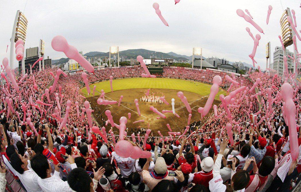 2008年9月28日,廣島鯉魚在廣島市民棒球場進行該賽季最後一場比賽,吸引大批球迷進場觀賽。 圖/美聯社