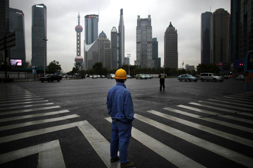 上海「農民工」的第二代、第三代,目前許多人從事建築工地、倉庫作業、工廠產線等工作。 圖/路透社