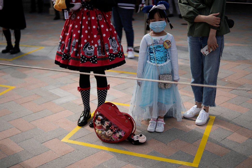 2016,上海「夢幻王國」迪士尼開幕這年,有一群人大舉遷離上海。 圖/路透社