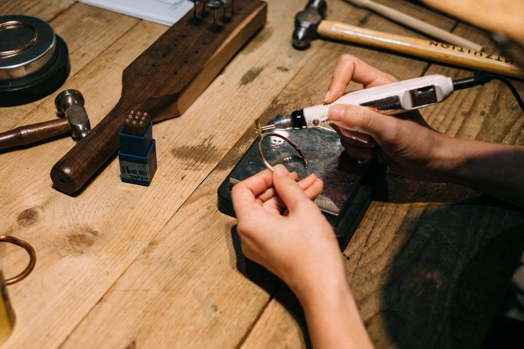 經由解說和手作,親身體驗工藝的價值。 圖/胡士恩攝影