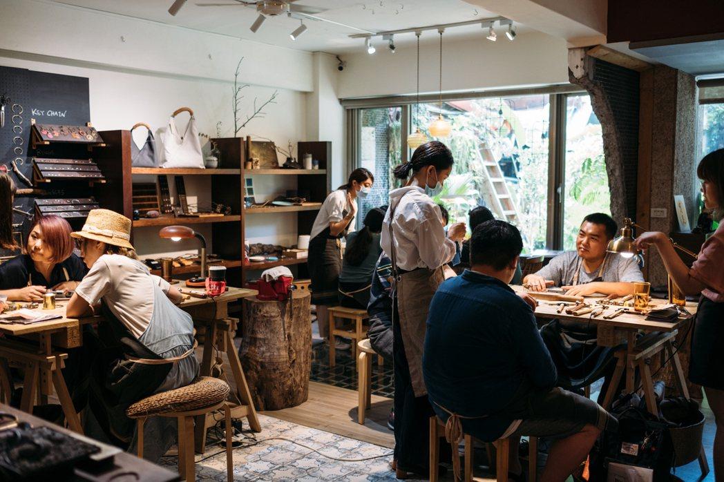 《500輯》帶著讀者走進「以覺學」本店,動手製作自己的手環。 圖/胡士恩攝影