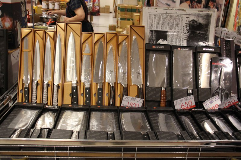 賣場內有許多金門當地特產,有菜刀等。聯合報系記者洪上元/攝影