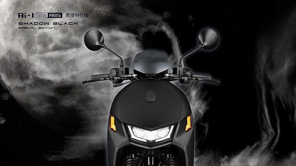 宏佳騰Ai-1 Sport ABS黑隱特仕版獨家採用鈦銀電鍍風鏡。 圖/宏佳騰提...
