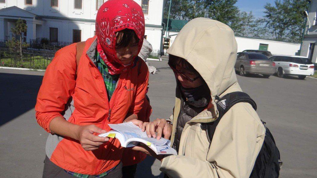 在蒙古首都烏蘭巴托,天冷風大,妹妹(左)拿著地圖找住宿點,卻一直帶著大家繞圈打轉...