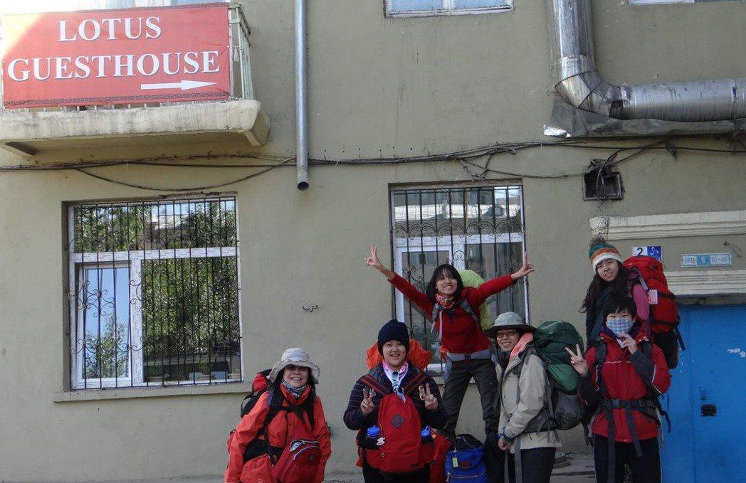 西伯利亞旅程留宿的第一間青年旅館,之後的旅程都幾乎睡在火車上。跳最高的,是我;穿...