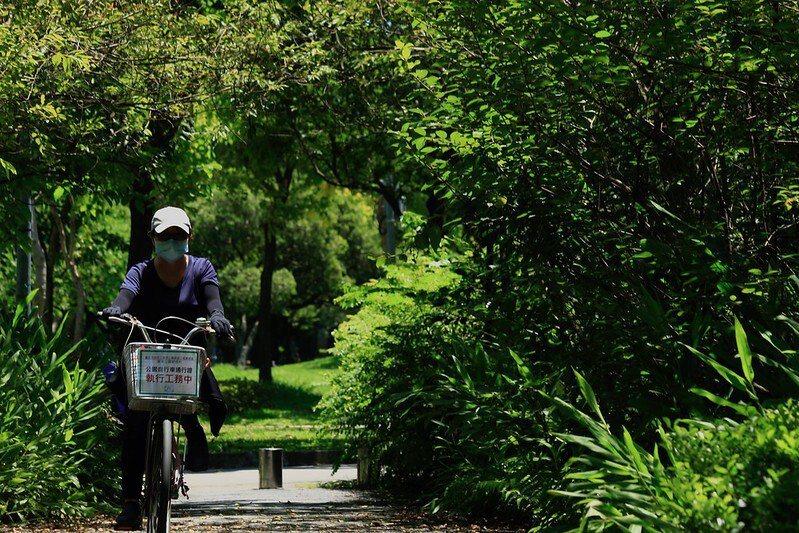骑着单车园区巡逻的工作人员。