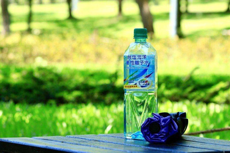 夏天到了,出门这二样不能少,大安森林公园走上二圈,这瓶水喝完了,可见天气有够酷热,随时补充水分就是了。