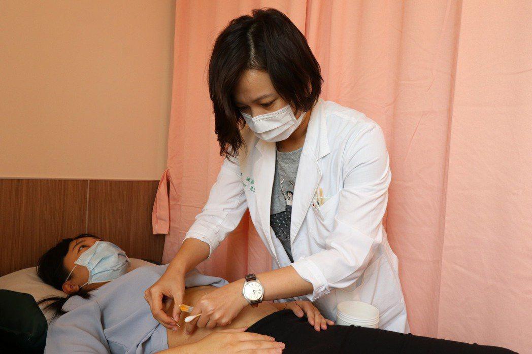 亞洲大學附屬醫院中醫部醫師陳書怡說,減重除了少吃多動,還得要調整身體陰陽氣血的運...