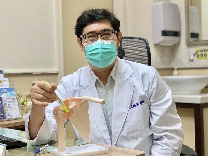 活力得中山脊椎外科醫院骨科醫師王振華以「三合一」療法,大幅縮短嚴重五十肩患者的治療時程。圖/活力得中山脊椎外科醫院提供