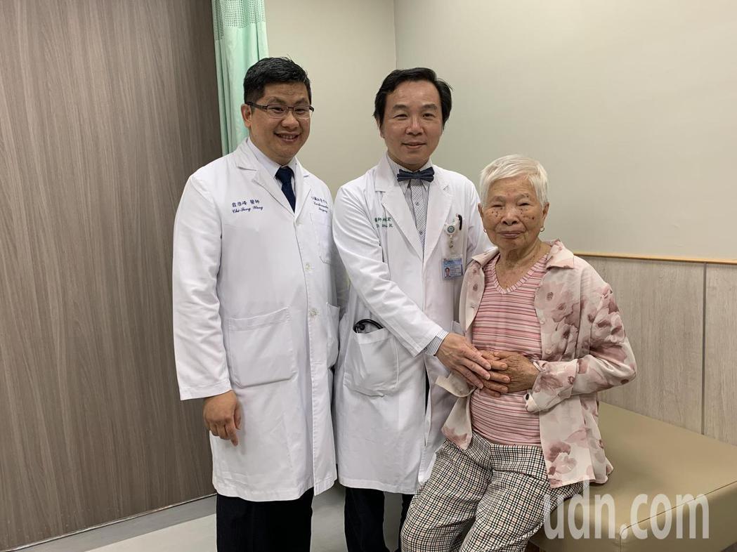 心臟團隊為阿嬤進行「主動脈套膜支架放置手術」,僅有兩處0.5公分的微創傷口,阿嬤...