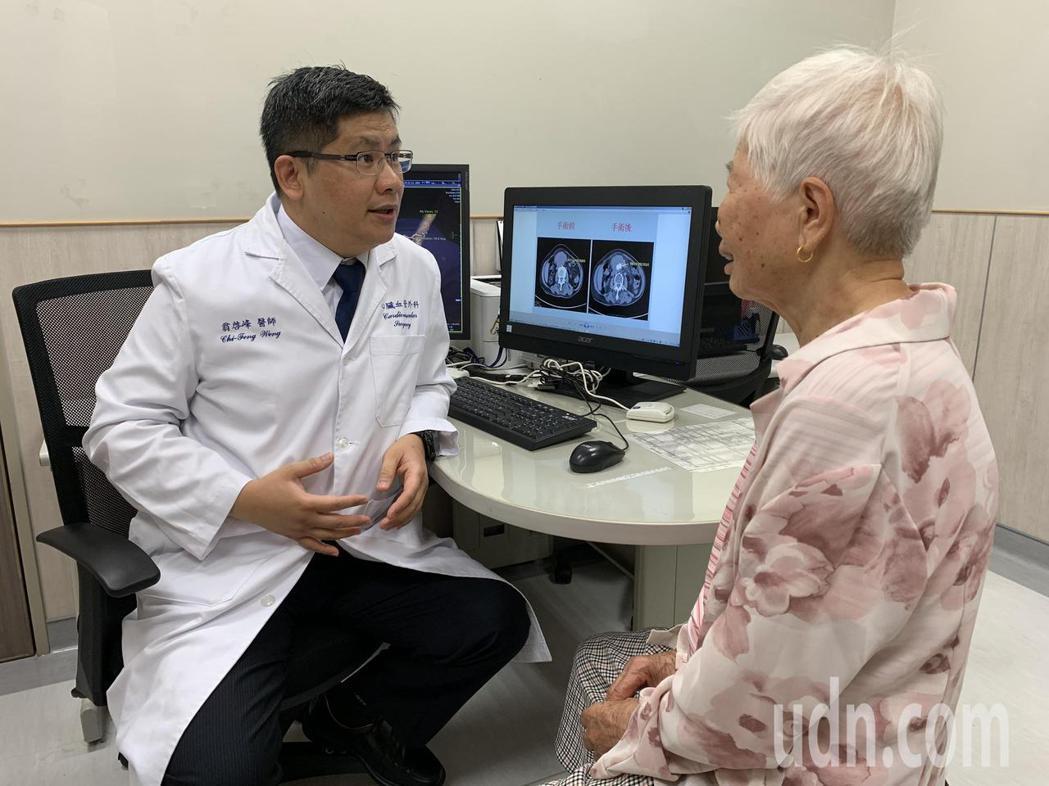 翁啟峰指出,腹主動脈瘤隔著肚皮,跟著心臟一起跳動,才讓阿嬤感覺「心臟掉到肚子」。...
