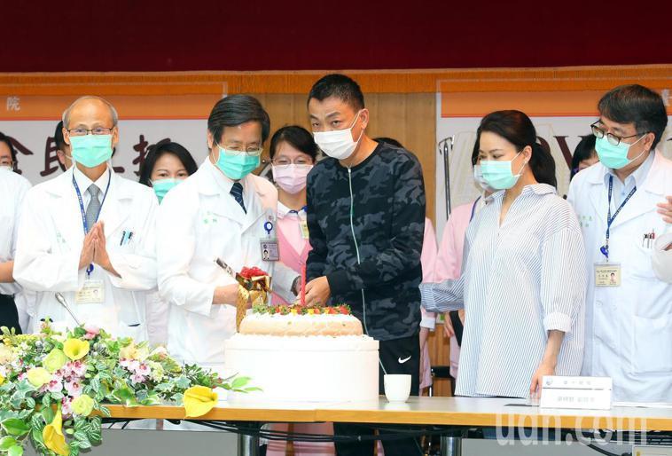 台大醫院院長陳石池(左起)、醫學院副校長張上淳等醫師,上午幫A先生舉行慶生。記者...