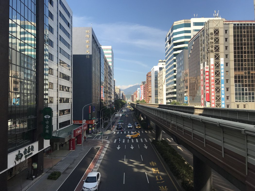 超過21公尺、7層樓以上建案,未來規畫興建時,要給鄰近住宅區、商業區建物,在日照...