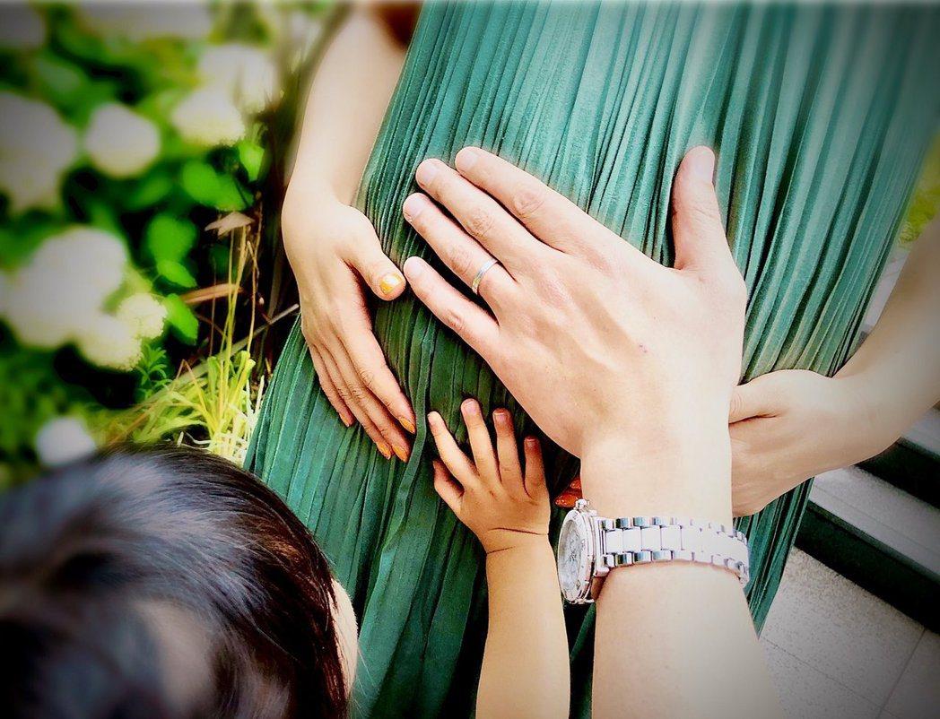 「Piko太郎」分享和女兒一起撫摸老婆安枝瞳孕肚的全家福照。圖/摘自推特