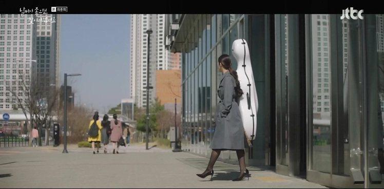 朴敏英在「天氣好的話,我會去找你」穿了黑色漆皮Leigh高跟鞋,展現音樂演奏者的...