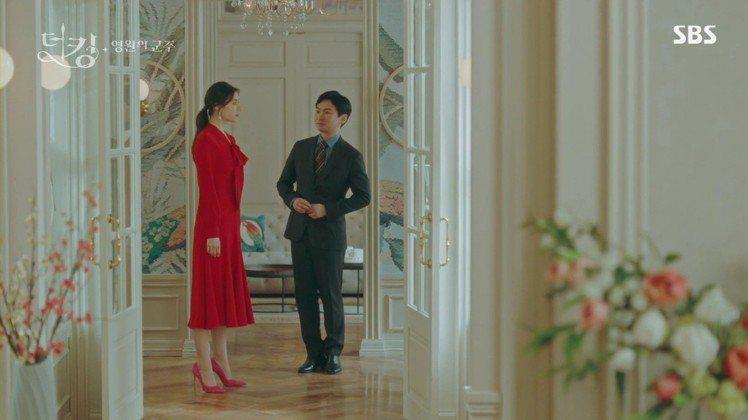 鄭恩彩在「The King:永遠的君主」中穿上高調的桃紅色麂皮Anny高跟鞋展現...