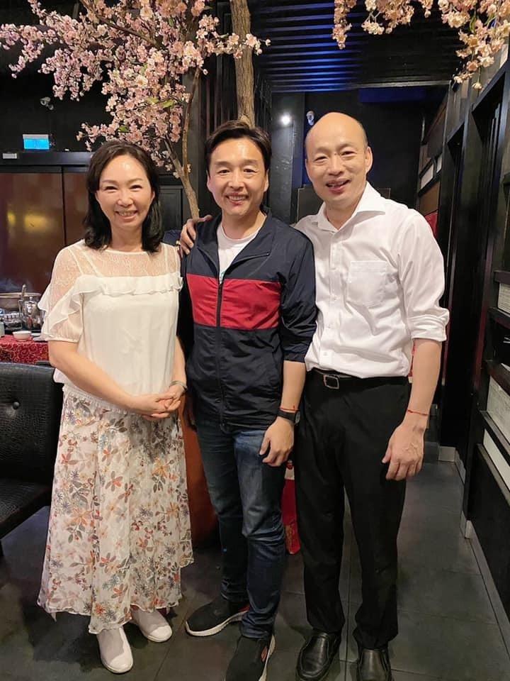曹桓榮近來持續勤走地方,也成立臉書粉絲專頁,他昨天在臉書po出與韓國瑜夫婦的合照,寫到「大家的心永遠在一起」。翻攝曹桓榮臉書