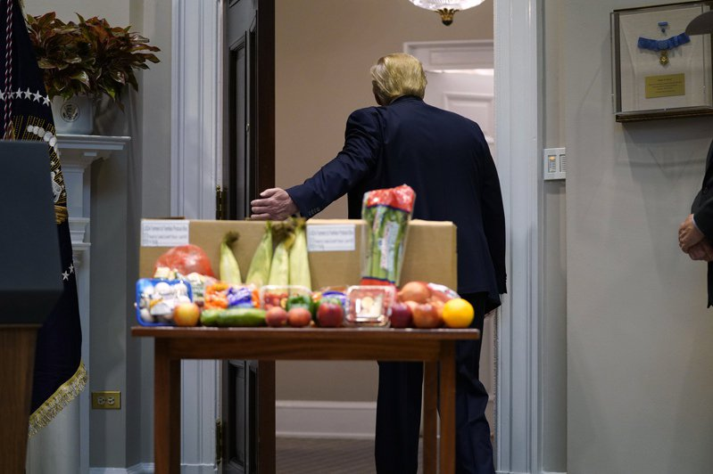 白宮幕僚向紐時透露,川普很寂寞。圖為川普5月19日離開白宮會議室「羅斯福廳」的一場食品供應鏈活動。美聯社