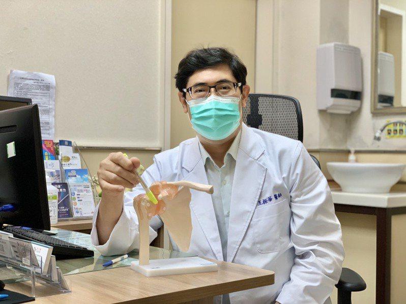 「活力得中山脊椎外科醫院」骨科醫師王振華以「三合一」療法大幅縮短嚴重五十肩患者的治療時程至約一個月。照片/業者提供