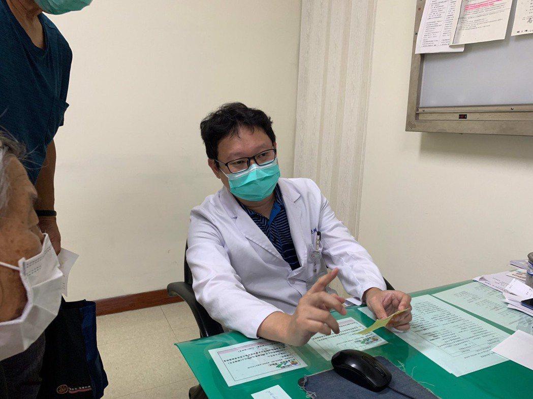 彰化醫院神經內科醫師林嶸洲為患者解說夏天要多補充水分,否則血液變得濃稠,易造成缺...