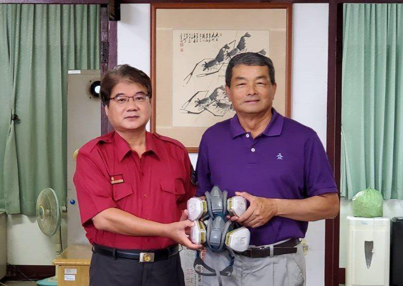 臺南市消防之友會第二辦事處長胡正德(右)代為捐贈防毒面具一批給消防人員。記者吳淑玲/翻攝