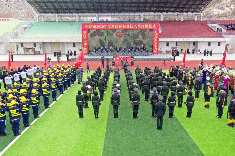 圖為解放軍西藏軍區本月15日為新納編的5支民兵分隊舉行入隊授旗儀式。(中新社)