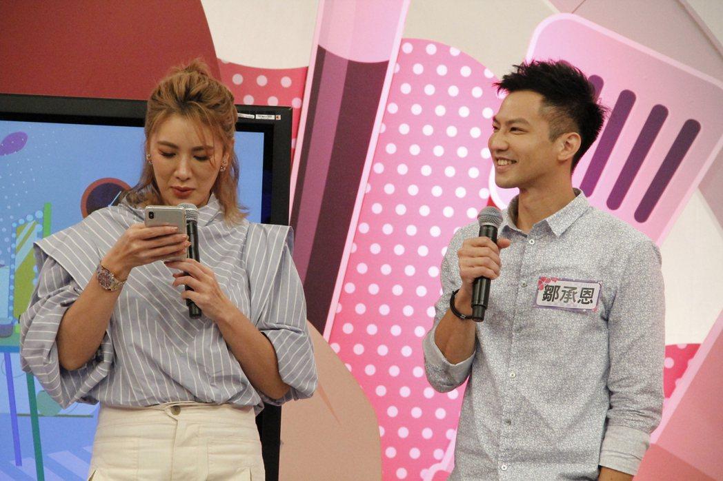 鄒承恩(右)被小禎突襲手機,被搜出內容後,老婆一旁哽咽掉淚。圖/年代提供