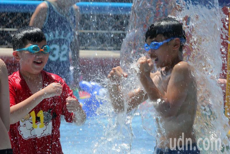 天氣持續高溫炎熱,不少小朋友前往台北市自來水園區戲水降暑。記者胡經周/攝影