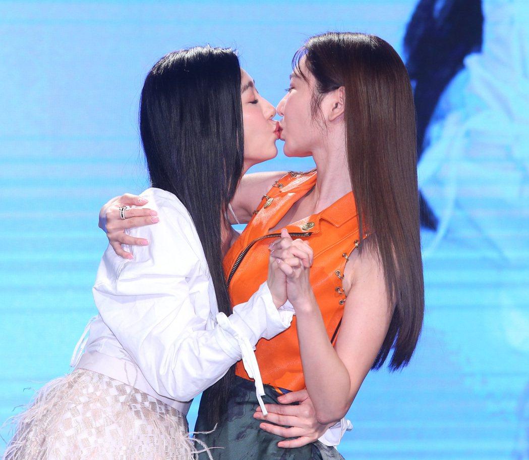 王晴(左)笑稱跟曾莞婷私下常互吻。記者林澔一/攝影