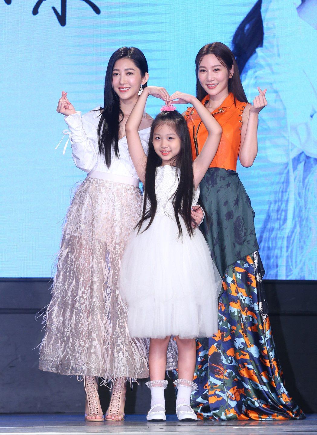 王晴(左)跨足歌壇,曾莞婷(右)帶著姪女獻上祝福。記者林澔一/攝影
