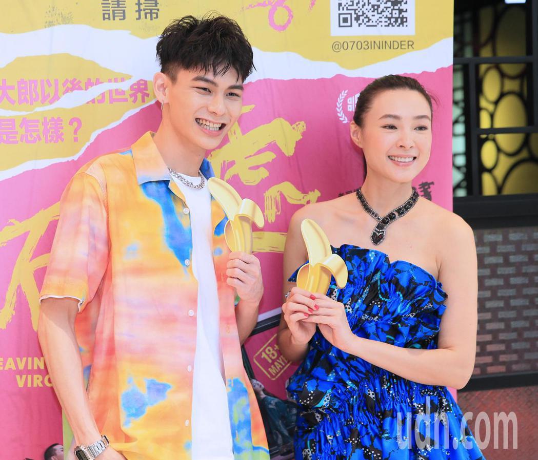 電影「破處」男女主角楊懿軒(左)與曾珮瑜(右)一起出席宣傳記者會。記者潘俊宏/攝...