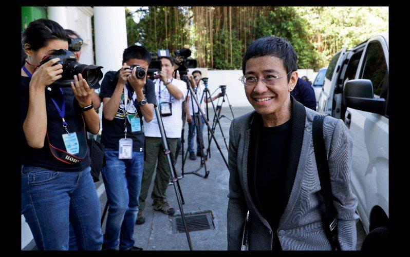 菲律賓新聞人蕾莎周一聽完判決後說,「會被官司纏身的不會只有Rappler和我」、「我想,你們看到的是新聞自由及民主制度被千刀萬剮至死」。 美聯社