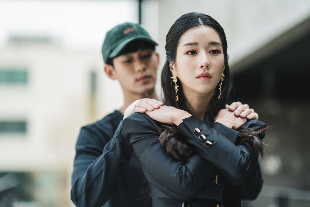 金秀賢(左)、徐睿知上演「蝴蝶擁抱」。圖/Netflix提供