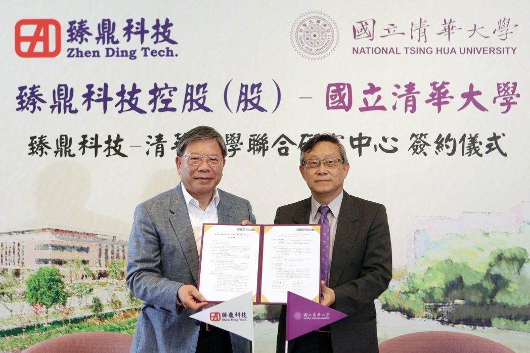 臻鼎科技董事長沈慶芳(左)18日與清華大學校長賀陳弘代表簽約。圖/清大提供