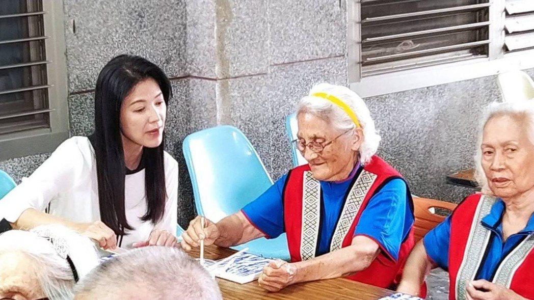 陳明真赴宜蘭弘道仁愛之家陪伴原鄉老人拍攝「願有情」公益短片。圖/「願有情」提供