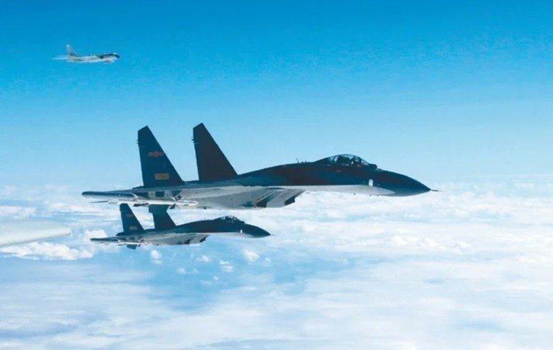 空軍今天上午再度偵獲中共殲10、殲11型戰機,進入台灣西南空域。圖/中共空軍微博
