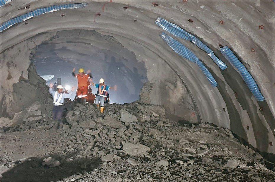 從事隧道、採礦、陶瓷、打石等工作的勞動者為罹患塵肺症的高風險群。圖/本報資料照,...