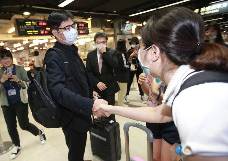 行政院副院長陳其邁(左)請辭參選,昨天上完最後一天班後搭高鐵回高雄,一路上受到民眾歡迎。記者許正宏/攝影