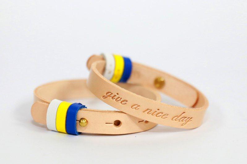 凡捐款3000元,台灣世界展望會將贈送一組手工限量全真皮「give a nice day手環」,限量1000組。圖/台灣世界展望會提供