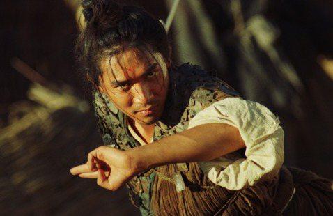 時隔27年,2部分別由王家衛導演、監製的「東邪西毒:終極版」和「射鵰英雄傳之東成西就」將在明日同步上映。在全球仍為防疫努力的同時,王家衛導演特別拍攝影片隔空向台灣觀眾問好,自己打自己,他妙答:「有朋...