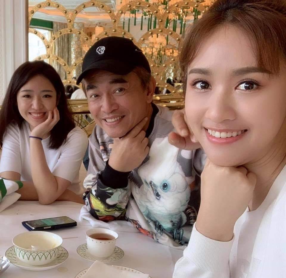 吳宗憲二女兒(左一)昨天被求婚成功。圖╱摘自臉書