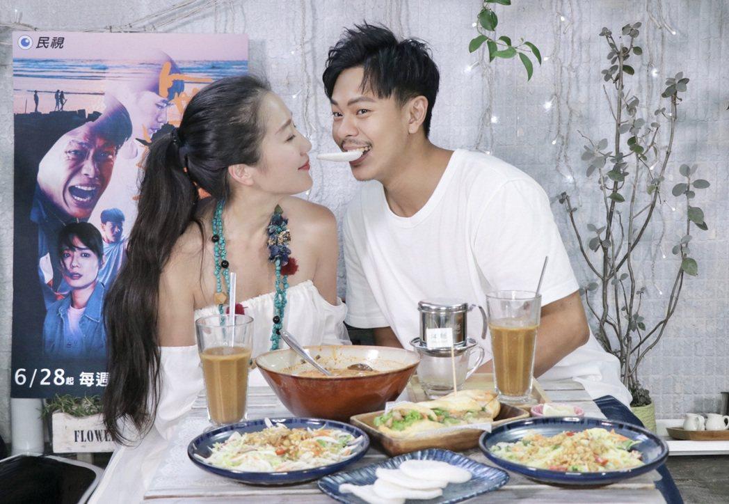 孫綻(右)、李相林宣傳新戲「無主之子」,一邊吃越南美食一邊回味拍戲過程。圖/民視
