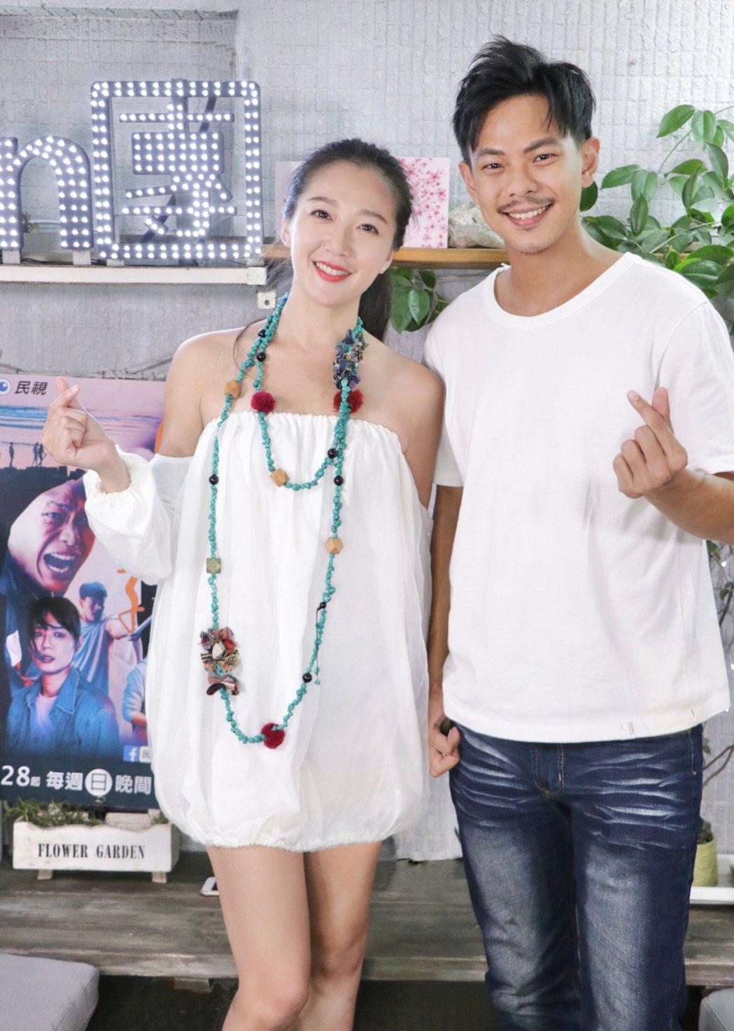 孫綻(右)、李相林宣傳新戲「無主之子」,一邊吃越南美食一邊回味拍戲過程。圖/民視...