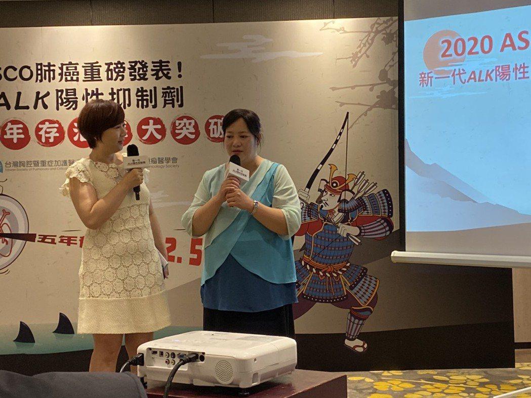 重獲新生的陳女士(右)今出席道出感謝,說存活至今超過八年,更陪伴小孩長大。記者簡...