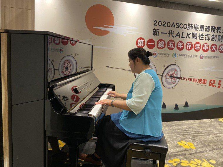 接受肺癌治療重獲新生的患者陳女士,今以鋼琴演奏一曲,象徵譜出她的生命新樂章。記者...
