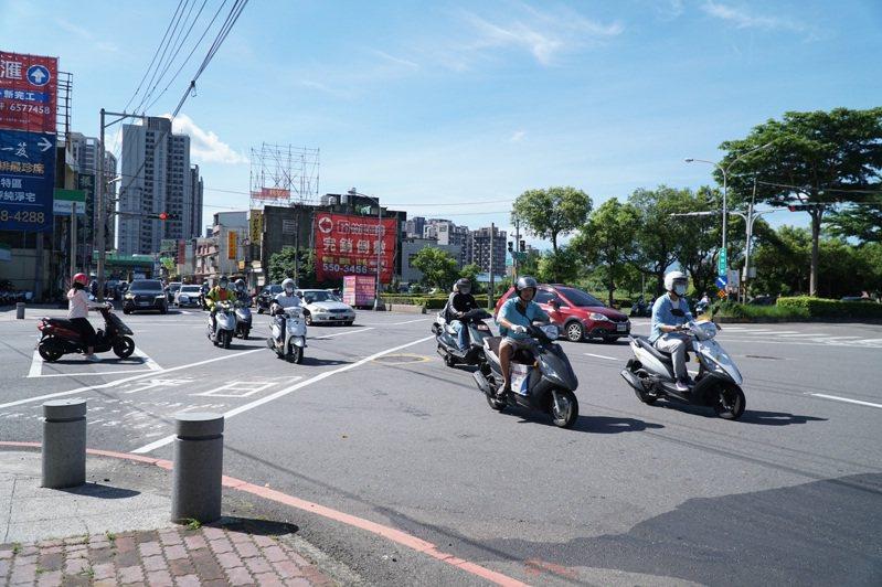 通往台元科技園區的環北路、中山路等道路交會五岔路口,尖峰時段車流量龐大。記者陳斯穎/攝影