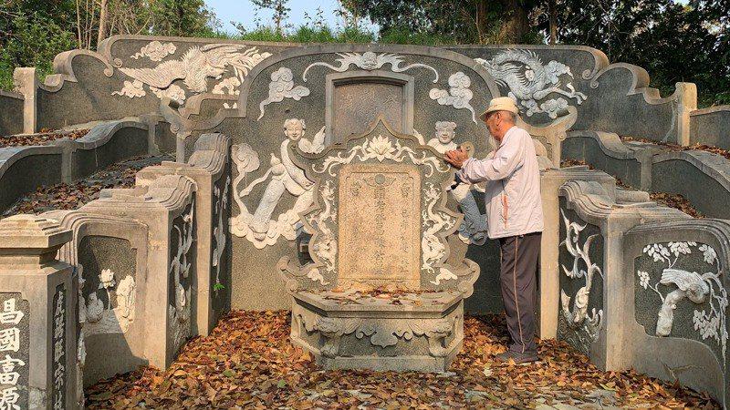 有321年歷史的府城富商陳登昌古墓,地理師黃俊發表示風水名稱應叫做蟳母遮龜。記者吳淑玲/攝影