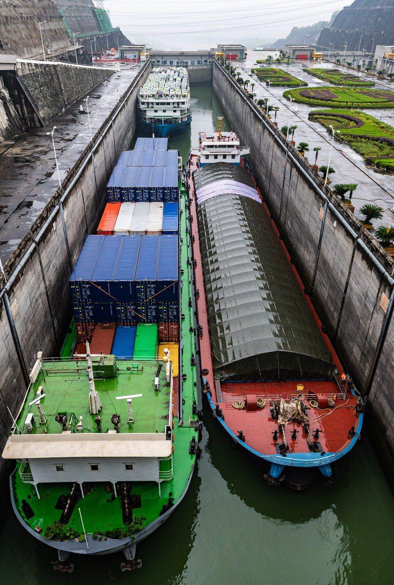 三峽船閘運行17周年,累計過閘貨運量近15億噸。圖為船舶有序通過三峽五級船閘。新華社