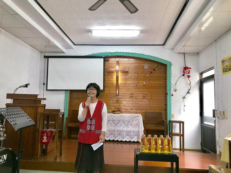 陳淑媜不定期隨東基假日衛教福音隊,前進部落教會衛教宣導。圖/台東基督教醫院提供